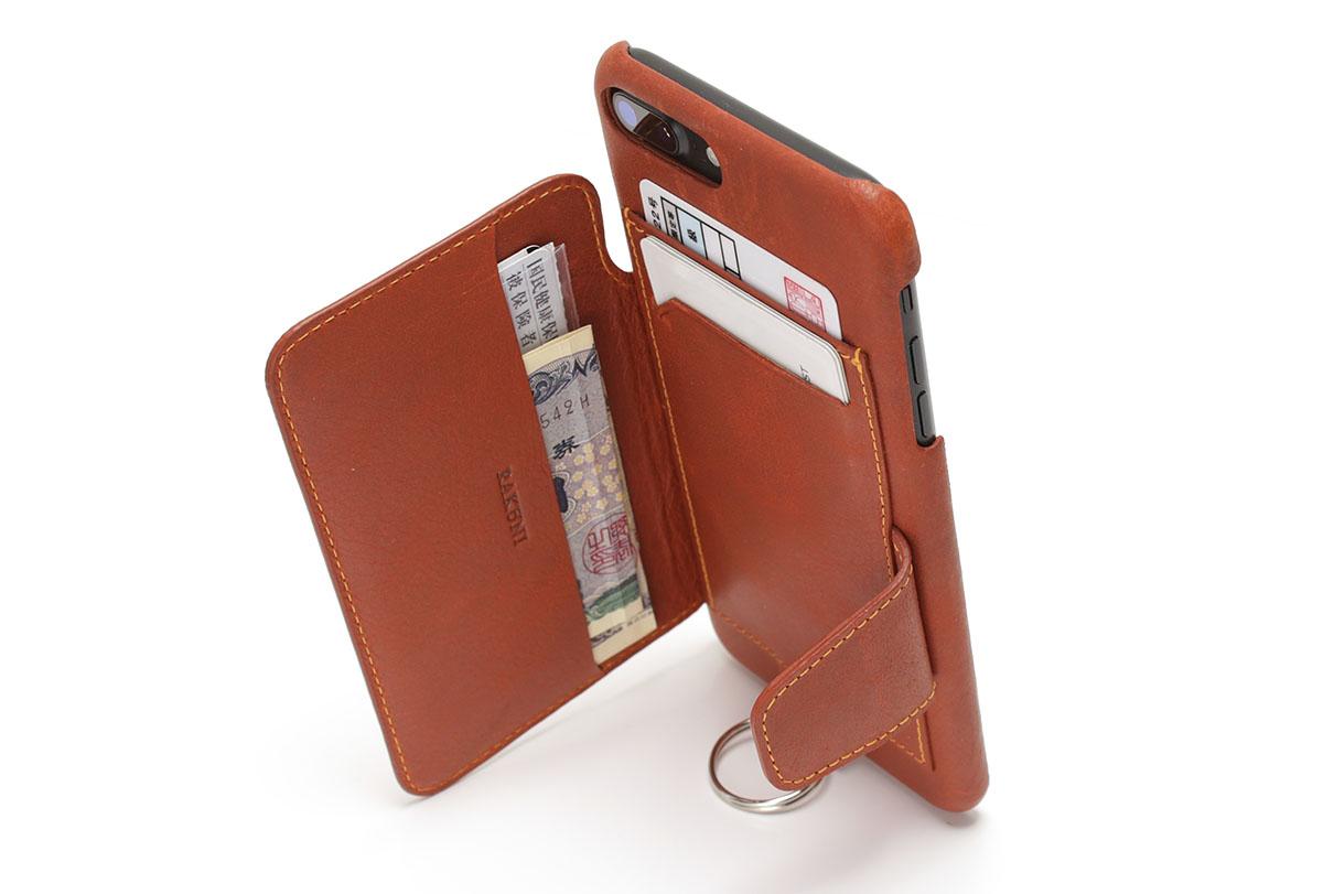 こんなふうに、フラップを使えばiPhoneが縦向きで自立します。フラップの角度を巧く合わせれば安定性もそこそこあって実用的。ただ、向こう側に人がいると収納したカード類が見えちゃいますが。