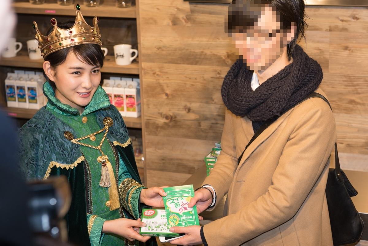「mineo 渋谷」来店第1号の客にグッズを手渡した