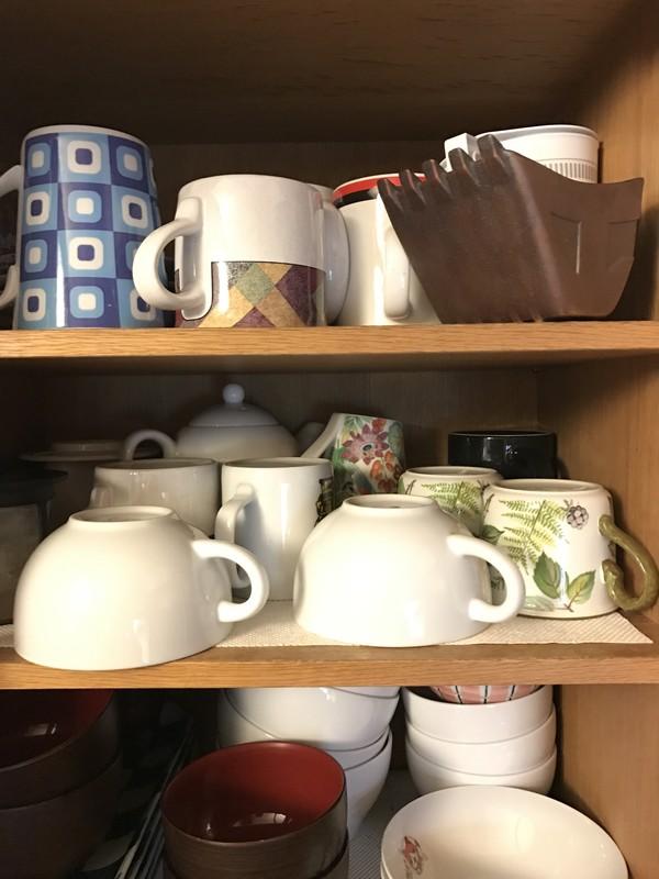 食器棚に収まりにくいカップ。仲間はずれクイズのようです