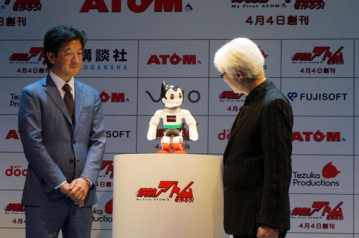 手塚眞氏が語りかけると顔認識で「手塚さん」とアトムは返事