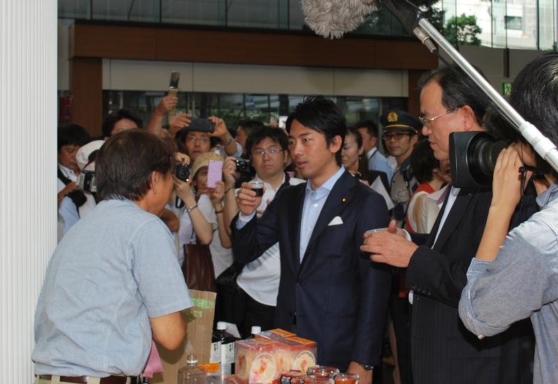 第1回目のKDDI復興支援マルシェの様子。国会議員の小泉進次郎氏が来場、KDDIの田中社長が応対した(2014年6月)
