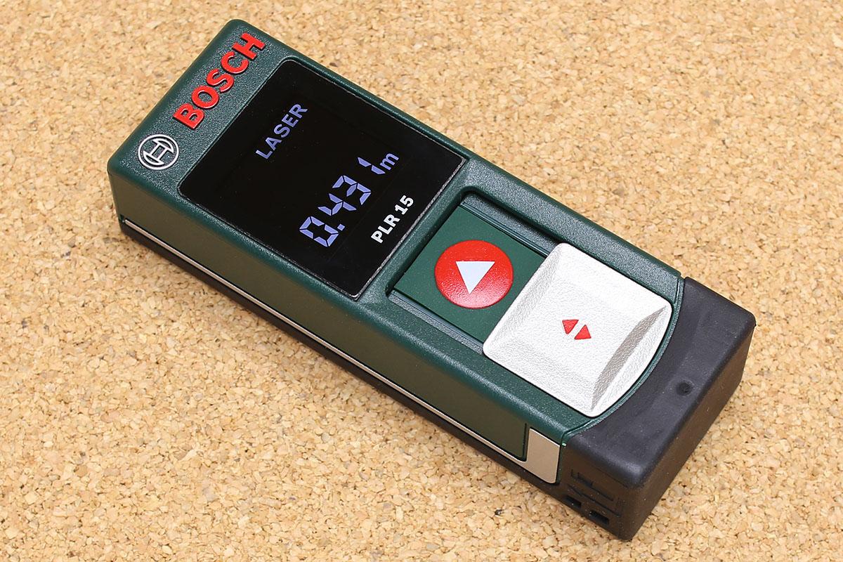 ボッシュの「レーザー距離計 PLR 15」。電源を入れれば2点間の距離を測れます。レーザーは先端から出て、ほぼ同じ箇所でレーザーの反射を捉えます。発射したレーザーが戻ってくるまでの時間をすんごいスピードで計測し、距離を割り出すというシクミだそうです。