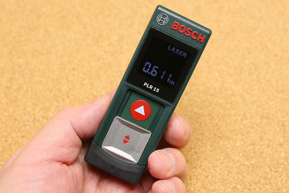 「レーザー距離計 PLR 15」はポケットサイズ。単4アルカリ電池×2本で使えます。2つまでの計測結果を保存・表示しておくことができます。