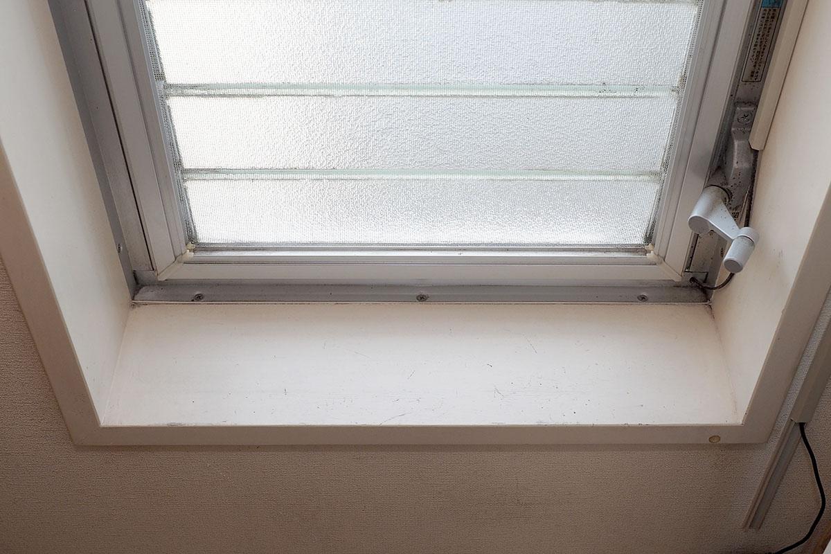 窓枠の間に突っ張り棒を使おうと思いますが……窓枠の間の距離は? レーザー距離計を置くだけで一発計測可能です。