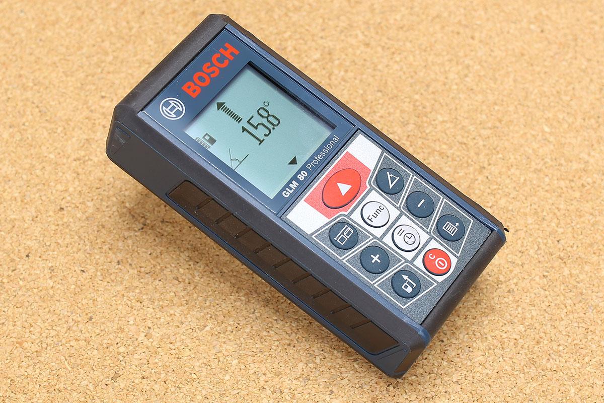 比較的に高精度で傾斜角度を測ることができます。本体の背面や側面を基準として計測可能。