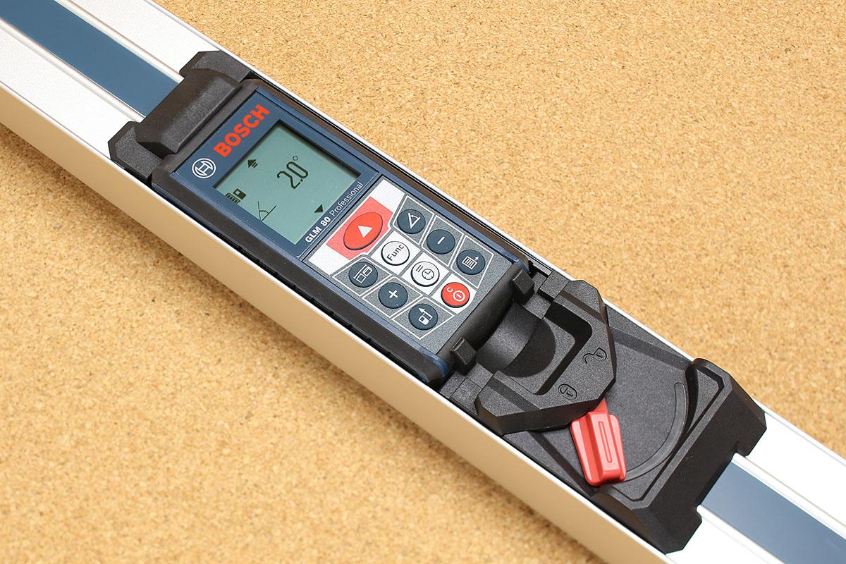 別売の「レーザー距離計用傾斜計アダプター R60」。単体で水平や垂直を測れるレベル(水平器)として使えますが、これに「レーザー距離計 GLM 80」をセットするとより高精度での角度計測ができます。