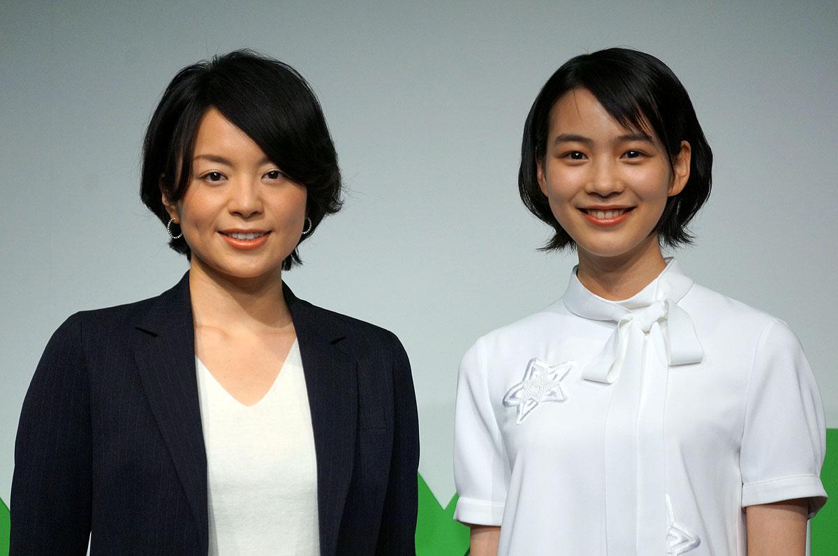 LINEモバイルの嘉戸社長(左)とのん(右)