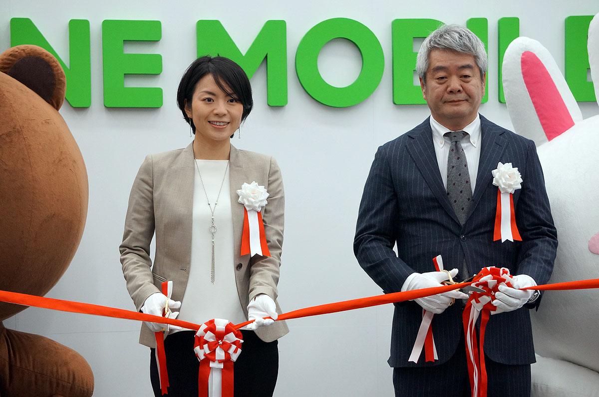 LINEモバイル嘉戸社長(左)と、ヨドバシカメラ専務取締役の日野文彦氏(右)