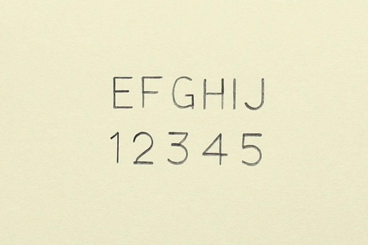 """ステッドラーの文字用テンプレート「981 15-5」(<a href=""""http://www.staedtler.jp/products/06_template/02-character-template/index.html"""" class=""""n"""" target=""""_blank"""">公式ページ</a>)。英数字を描けるテンプレートで、0.5mmシャープペンシル用です。"""