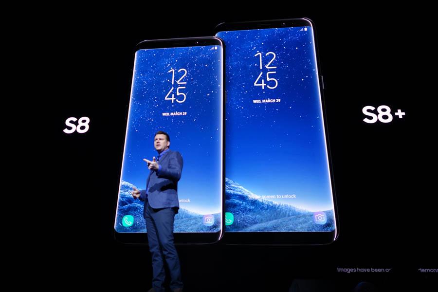 Galaxy S8を解説するDenison氏