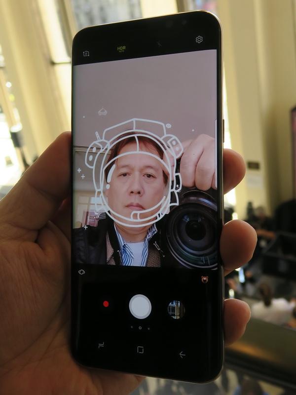 カメラには人物の顔に合わせてグラフィックを表示して撮影する機能も用意される