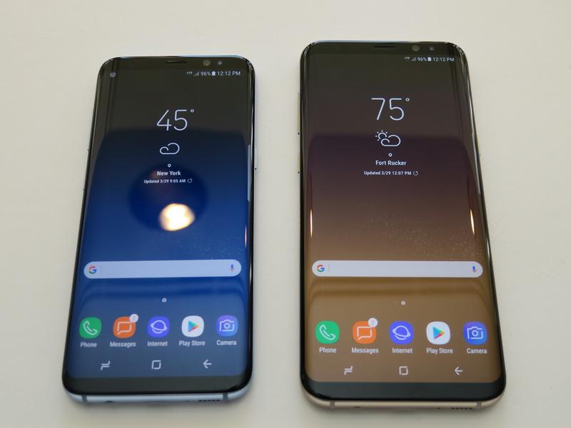 Galaxy S8(左)とGalaxy S8+。ディスプレイサイズや内蔵バッテリーなどの容量は異なるが、基本的には共通仕様