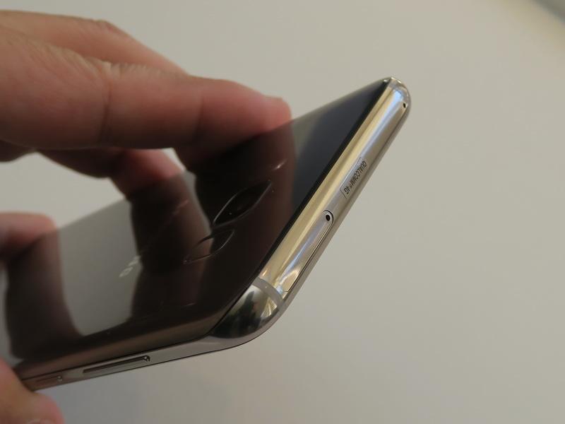 SIMカードは本体上部のスロットにトレイを挿すタイプを採用