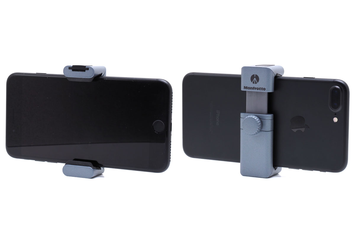 iPhone 7 Plusをセットした様子。幅8.5cmくらいまでのスマートフォンをセットできます。バネ式ではなく、端末を挟んだ状態で軽くホルダーを縮めるように押さえつつネジを締めて固定します。嵩張らずに携帯できて便利です。