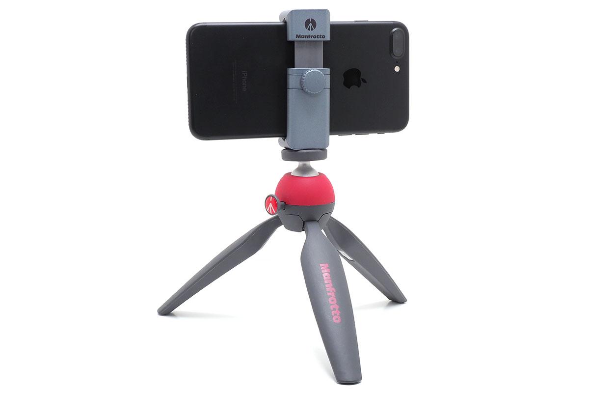 マンフロットの「PIXI ミニ三脚」。脚を開いて設置すると、雲台までの高さは約13cmになります。1kgまでのカメラをセット可能。重さは約185g。赤いボタンを押している間は雲台が動きますが、カメラを縦位置に構えるほど可動領域は広くありません。
