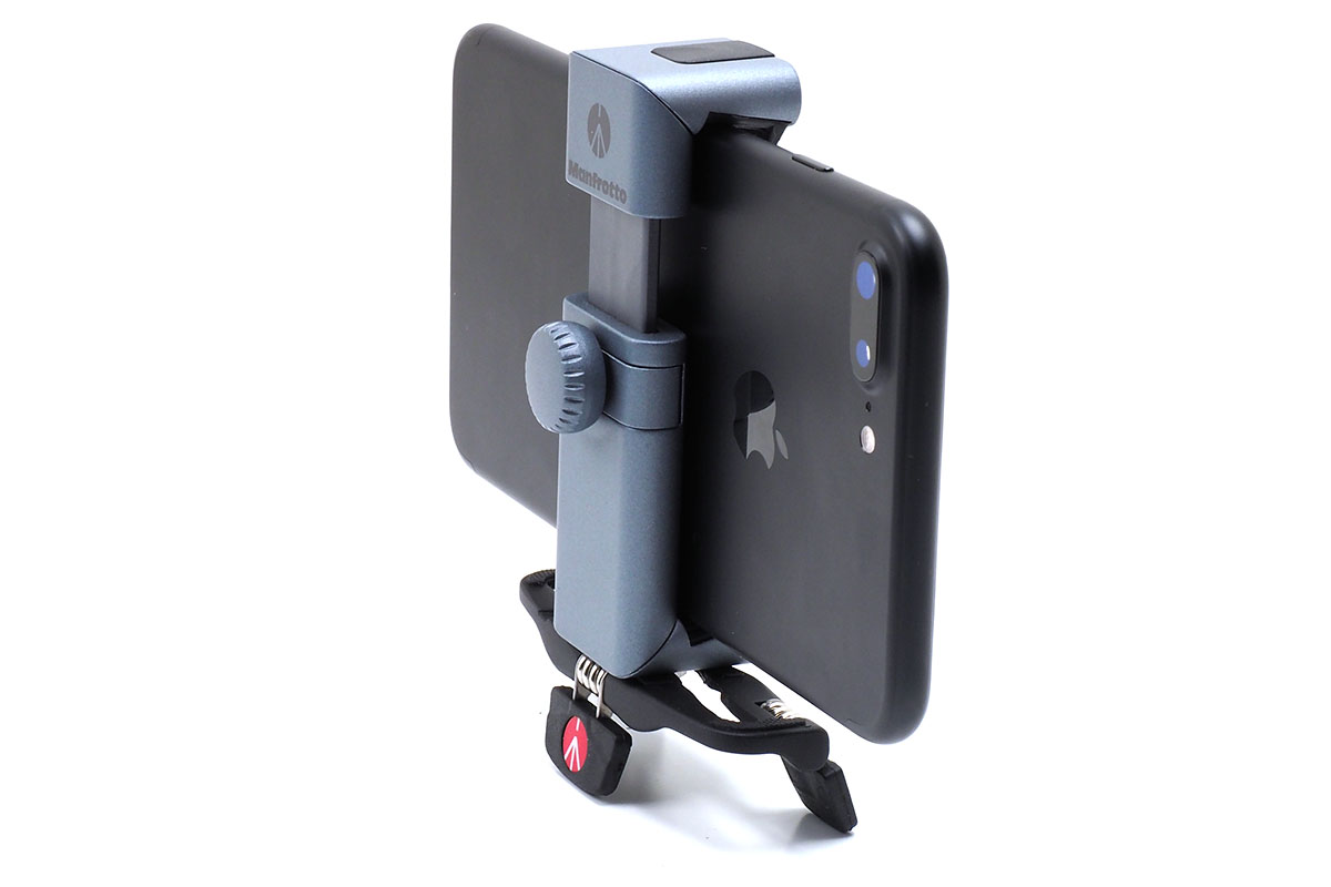「POCKET三脚S」は、角度調節の自由度はあまり高くありませんが、大きめのスマートフォンでも自立させられます。