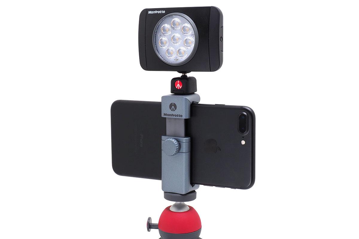 前出の「TwistGrip スマートフォンアダプター」にセットし、照明しつつの撮影が可能です。手に持ち、光を好みの方向から被写体に当てて撮影するのにも使えます。