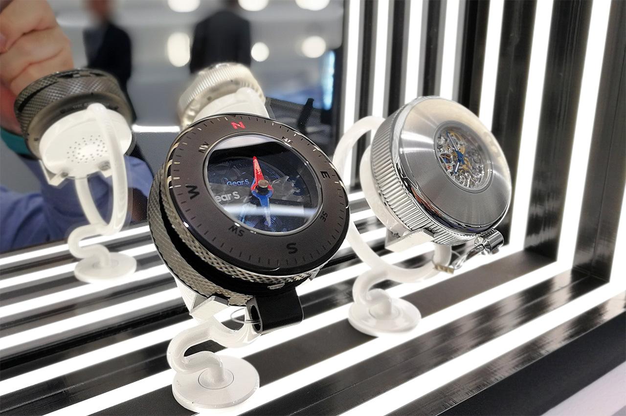 懐中時計にしたり方位計と組み合わせたコンセプトモデルの展示。