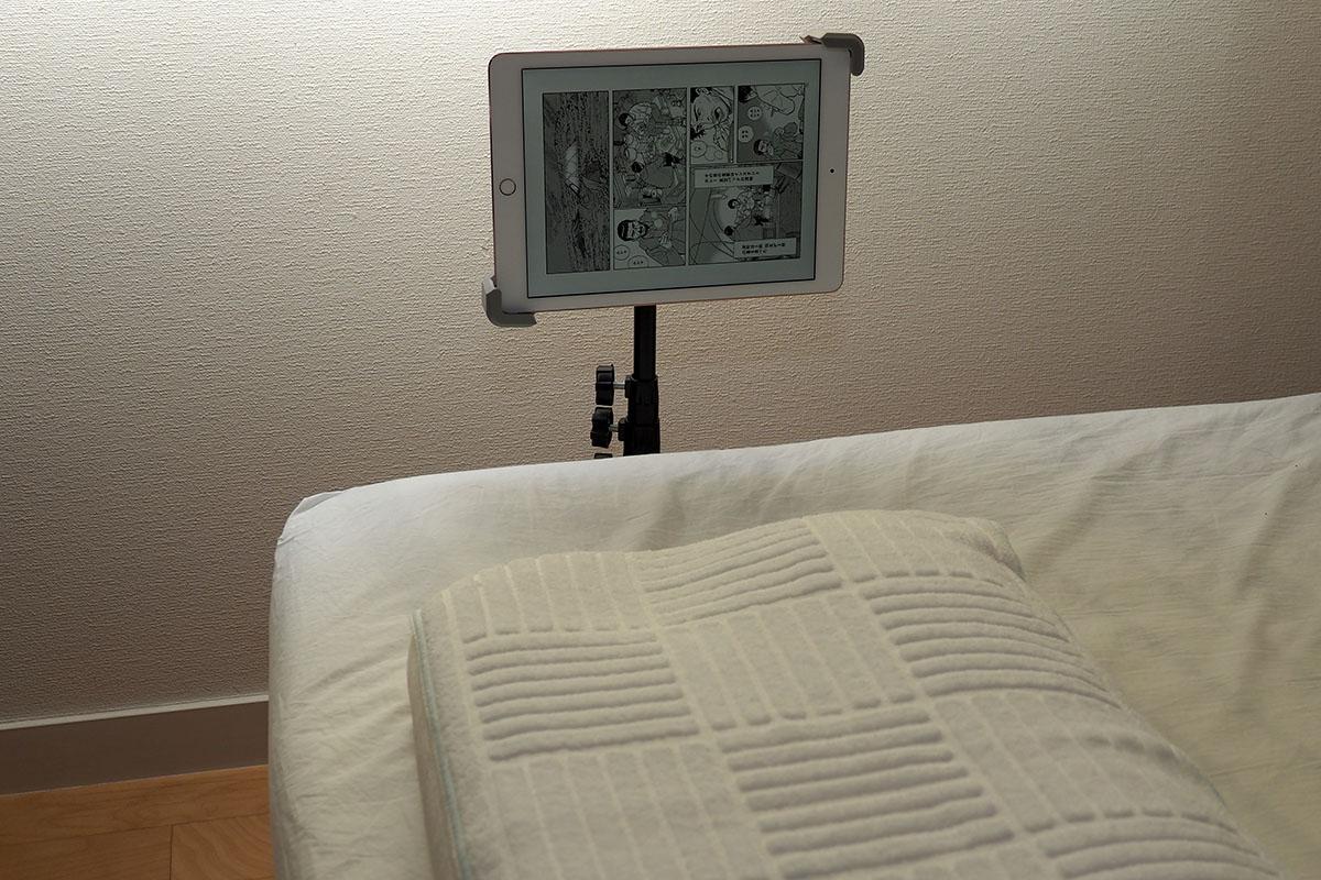 ベッドサイドに設置した様子。寝ながら画面を見ることができます。寝た状態で画面を横位置・縦位置に変えることができ、なかなか快適♪