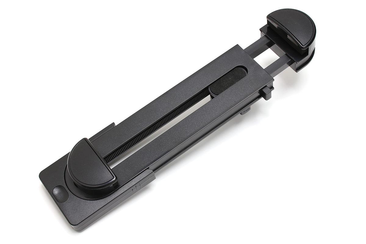見つけたのはMyArmorの「タブレット ホルダー クリップ」というホルダー(Amazon固定リンク http://amzn.asia/aDH2tBd)。1130円でしたが、先ほどチェックしたら999円になっていました。樹脂製のホルダーで、背面と下部に三脚ネジ穴があり、一般的な撮影用三脚に固定して使えます。