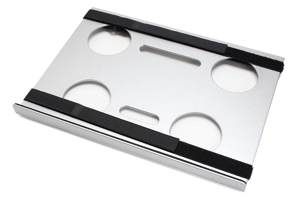 サンコーの「カメラ三脚用ノートPCデスク CLHCMAL2」。左が表面、右が裏面。アルミ製のテーブル部品で、三脚ネジ穴により三脚の上にセットできます。黒いものはノートPCを固定するための面ファスナーベルトで、取り外せます。