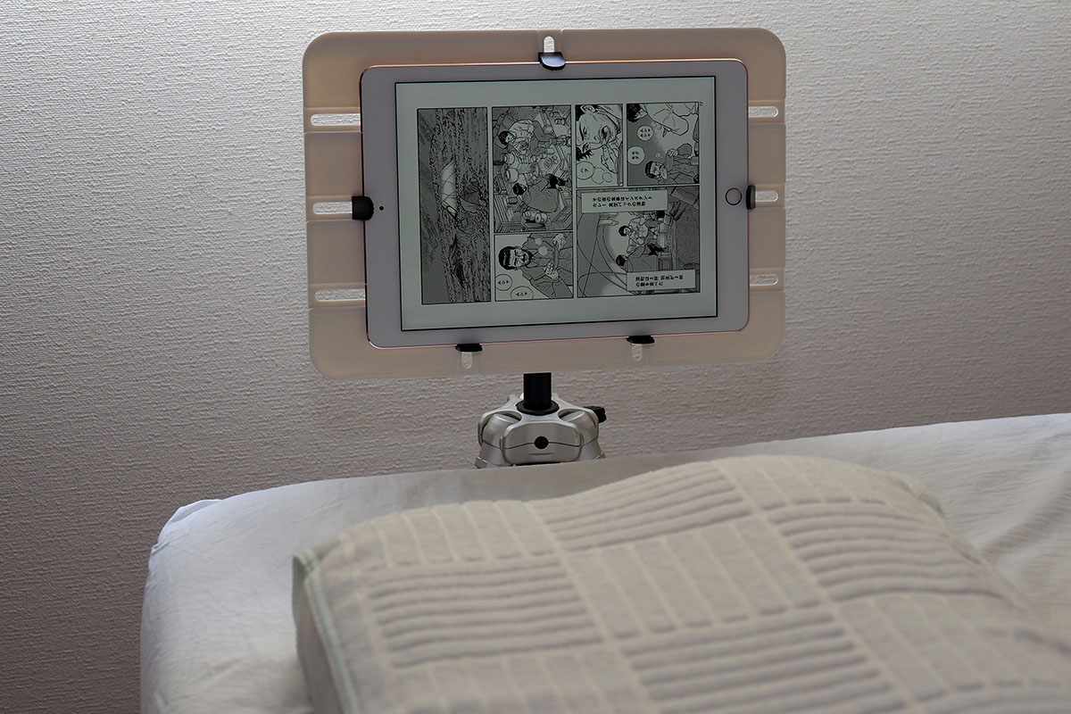 """iPad Pro 9.7インチくらいのタブレットまででOKという場合、サンコーの「カメラ三脚用タブレットデスク CLHCMAN3」(<a href=""""http://www.thanko.jp/shopdetail/000000002339/"""" class=""""n"""" target=""""_blank"""">公式ページ</a>)という製品も便利です。こちらはタブレット端末を固定する金具が付いていて、裏面には三脚ネジ穴付き。テーブルとしても使えますが、タブレットを三脚へ安定的に装着する台座としても実用的です。"""