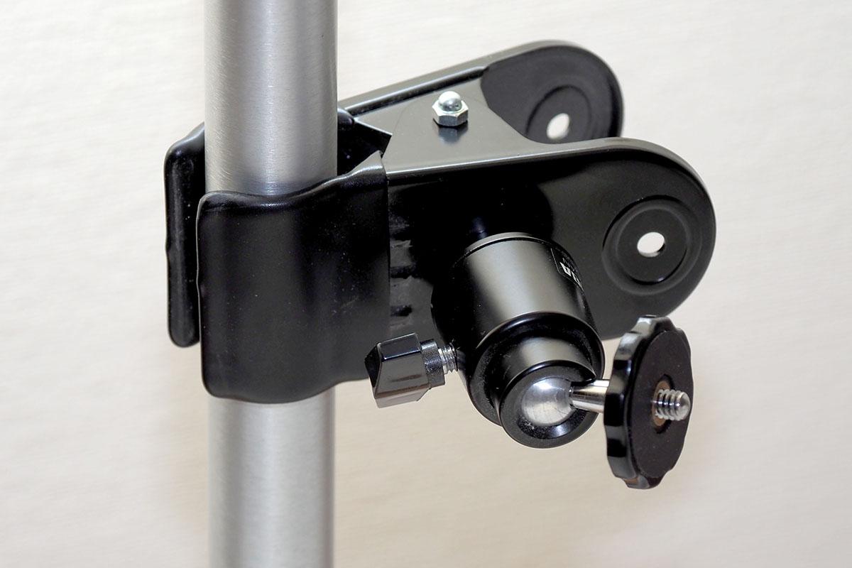 よくあるクランプ式の雲台を使った例。枝やポールなどにカメラをセットするための機材ですが、ポールへのタブレットスタンド固定にもまずまず実用的です。
