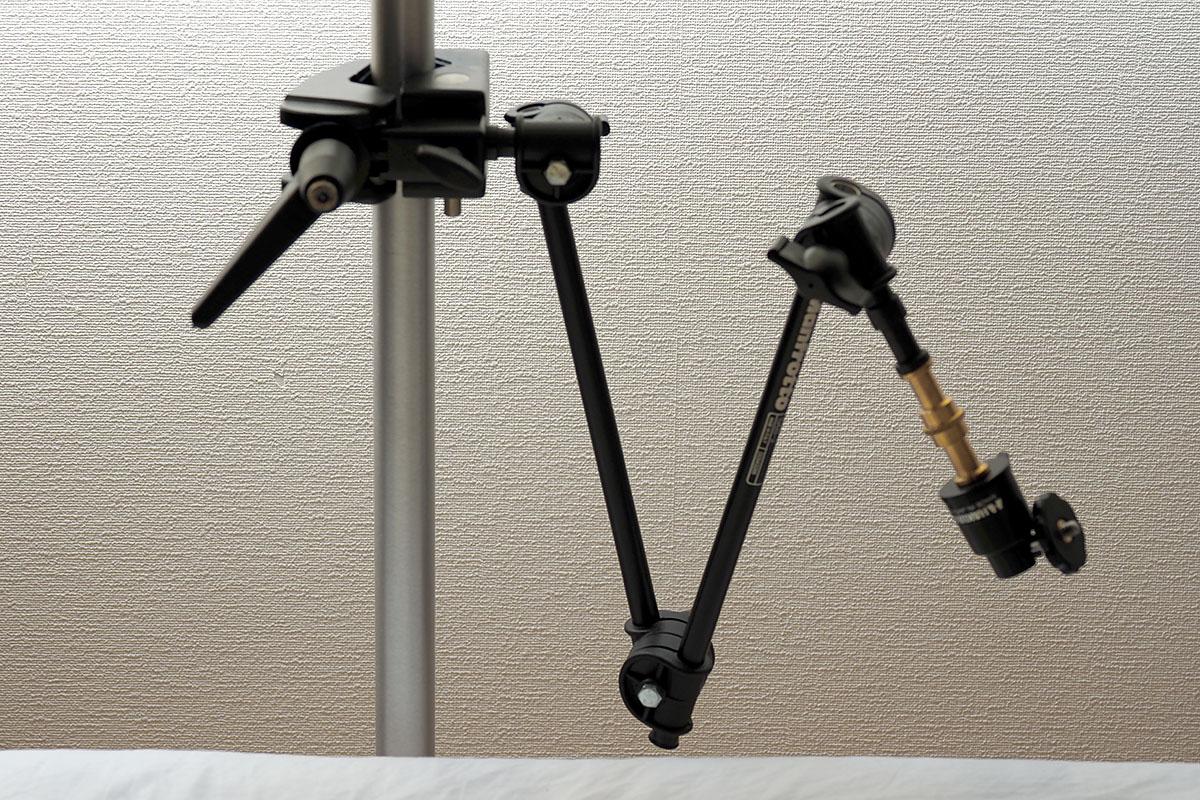 これはわりと本格的なマンフロット製スタジオ撮影機材。ガッシリとタブレットスタンドを固定することができました。……でも、ヤリスギかもしれませんね。