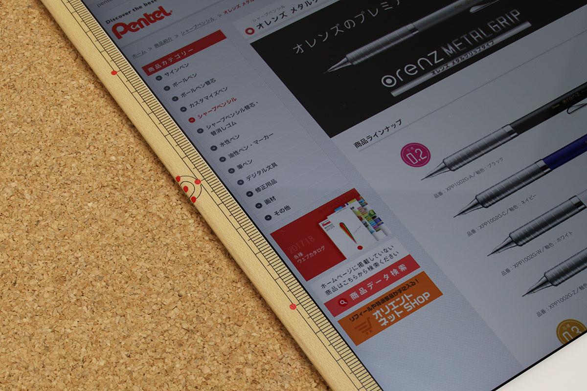 船田氏はiPadで最新文具情報などを閲覧していました。ふと見ると、iPadの額縁部分に、テープが貼ってあります。「そのテープなに?」と訊くと……。