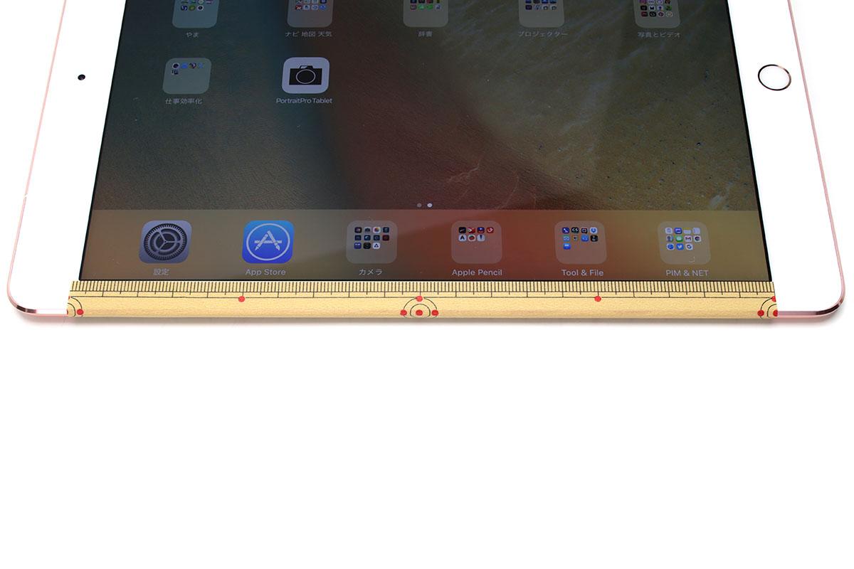 """船田氏が使っていたのがコレ、カモ井加工紙の「mt ex竹定規」(<a href=""""https://shop.masking-tape.jp/products/detail.php?product_id=29813"""" class=""""n"""" target=""""_blank"""">公式ページ</a>)。和風の定規タイプマスキングテープです。十分高い精度があります。iPadの端に貼り、余りはそのまま折り返して裏まで貼ってしまうと、スッキリした見栄えに。メーカー直販価格は税別200円。"""