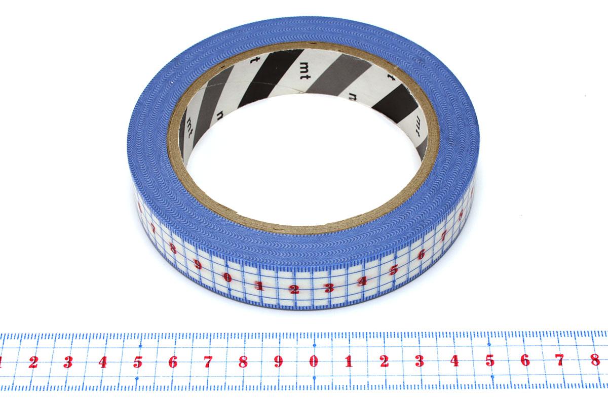 """カモ井加工紙の「mt ex定規」(<a href=""""https://shop.masking-tape.jp/products/detail.php?product_id=29812"""" class=""""n"""" target=""""_blank"""">公式ページ</a>)。センチ単位で数字が振ってあるので、より視認性が高いです。写真のテープは大巻サイズですが、現行品は幅20mm×長さ10mの小巻タイプでメーカー直販価格は税別200円。"""