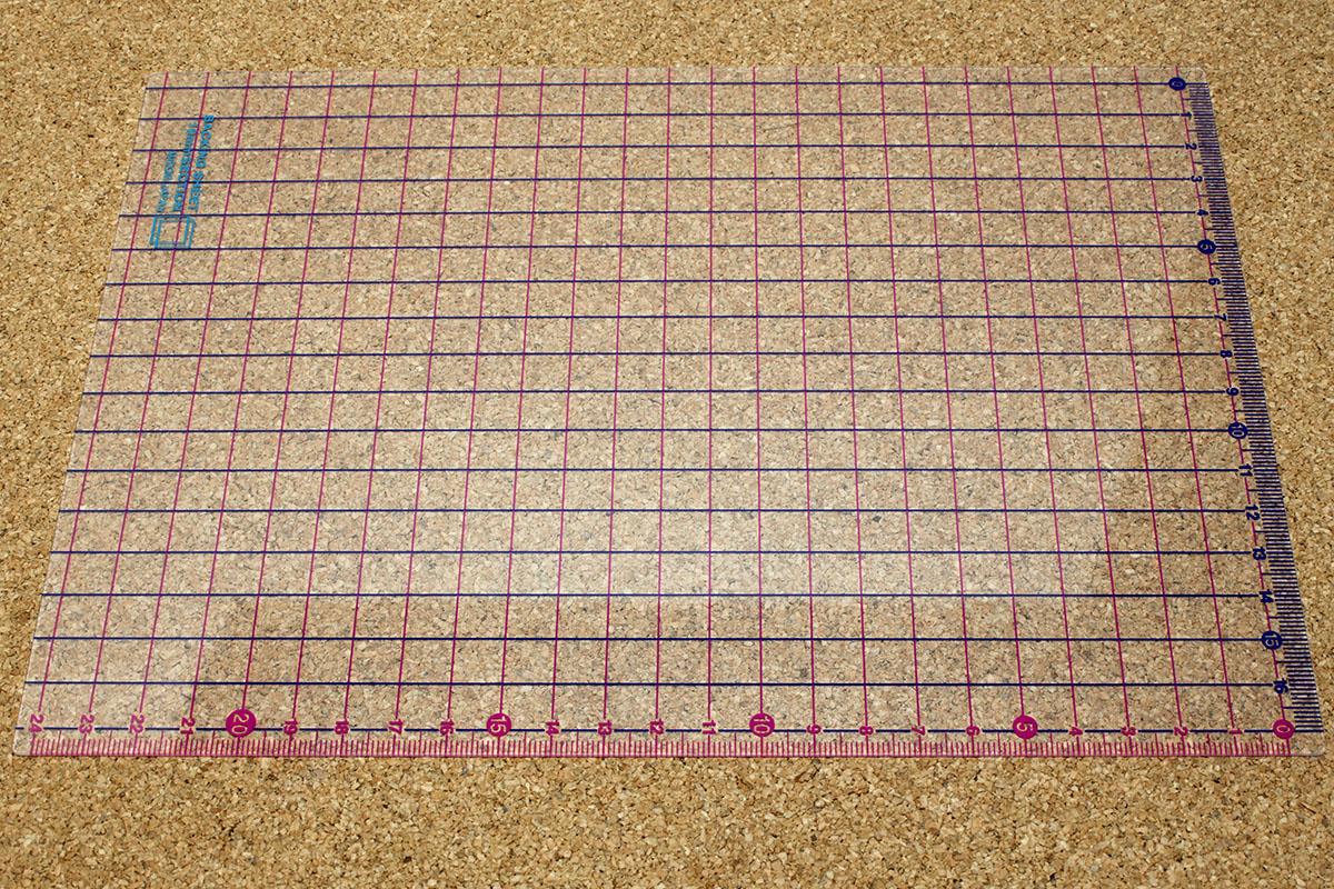 ミドリの「CL セクション下敷」シリーズ。1cmの方眼がプリントされた半透明の下敷きです。9.7インチのiPadより一回り大きいサイズです。