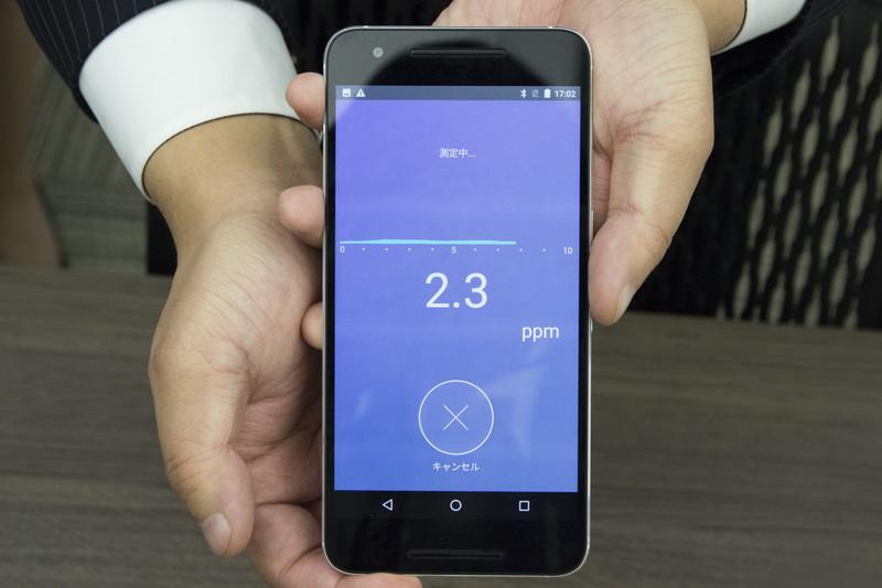 アプリの指示に従って15秒息を止めた後、吹き込んで計測する