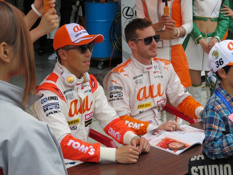 ピットウォークでサインや撮影に応じる伊藤大輔選手(左)とジェームス・ロシター選手(右)