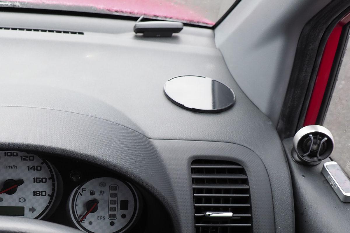 各種スマートフォンホルダーを装着する車内。運転席右側のダッシュボード上に固定しました。固定位置には、ダッシュボードに貼り付けた吸盤用プレートがあります。このクルマのダッシュボード表面のシボ加工(凸凹加工)は少し深めで吸盤が外れることが多いので、こういったプレートを使っています。