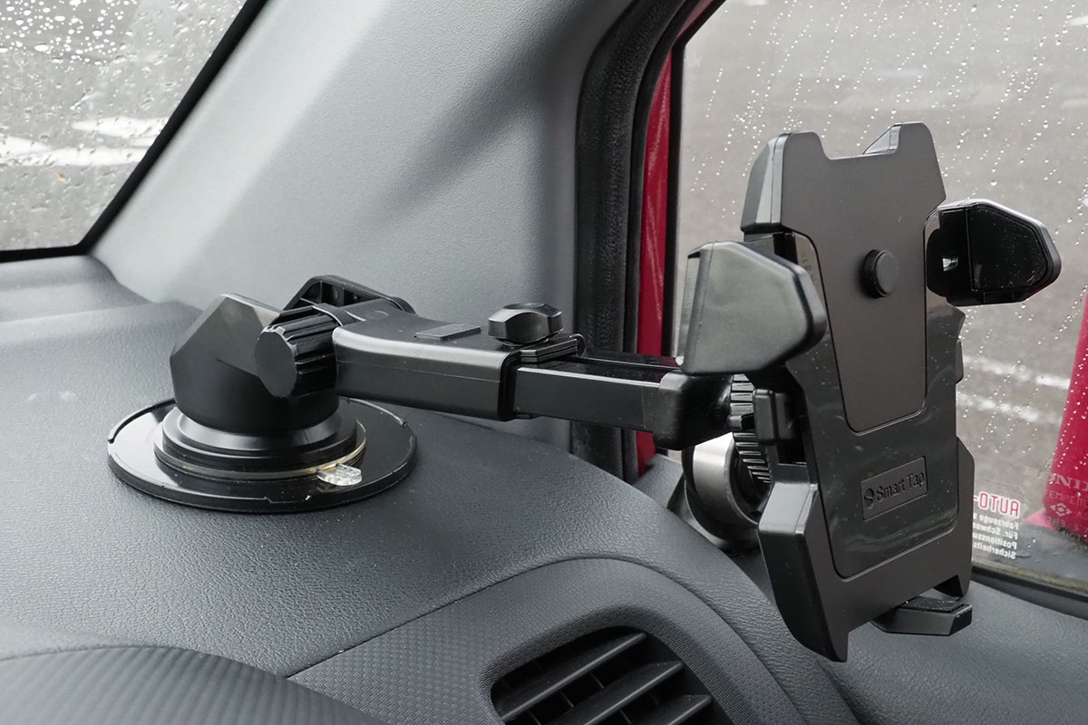 車内に固定した様子。ホルダー部分の形状が独特ですが、スマートフォンをセットしてしまえば目立たなくなります。