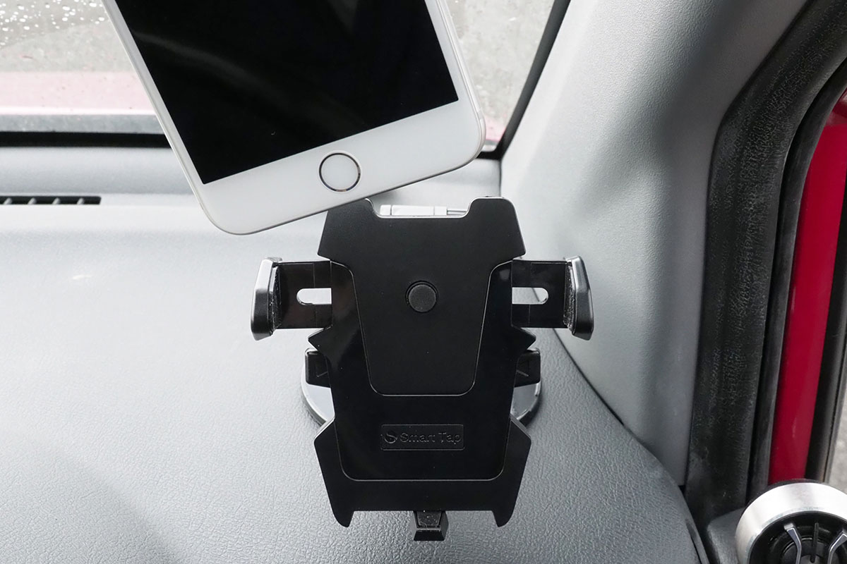 ホルダー中央の丸い突起を軽く押すようにスマートフォンを置くと、左右のホルダーが自動的に締まって端末を挟んで固定。端末の向きや角度は比較的に自由に調節できます。