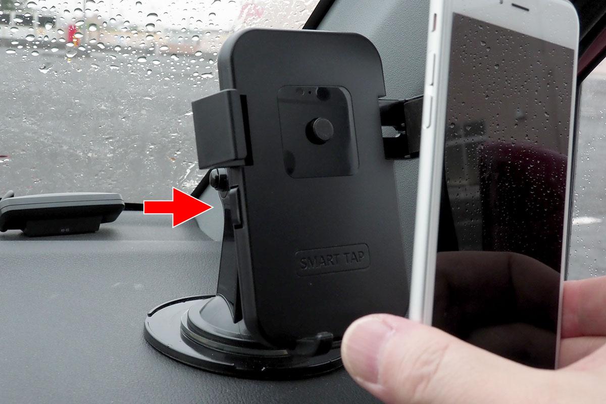 ホルダーから端末を外すときは、ホルダー左右のボタンを押しつつ端末を引き抜くだけ。引き抜いた後は、左右のボタンが押し込まれた状態になります。