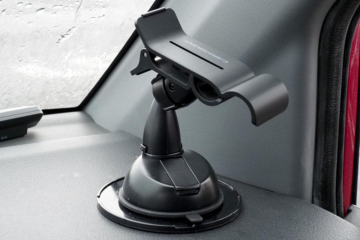 サンワダイレクトの「iPhone・スマホ車載ホルダー 200-CAR008N2BK」。粘着吸盤式のホルダーで、関節は1箇所だけ。クリップを開いて端末をホールドさせます。端末の画面向きや角度などは、かなり広い範囲で調節できます。