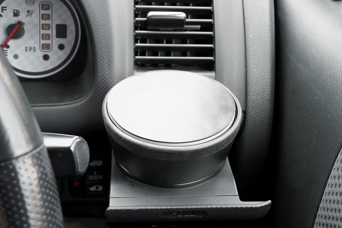 この「ドリンクホルダー用アタッチメント 202-CAR038SET」には、専用の滑り止めシートが付属しています。これを上に貼ると、スマートフォンなどが滑らず置ける台座になります。