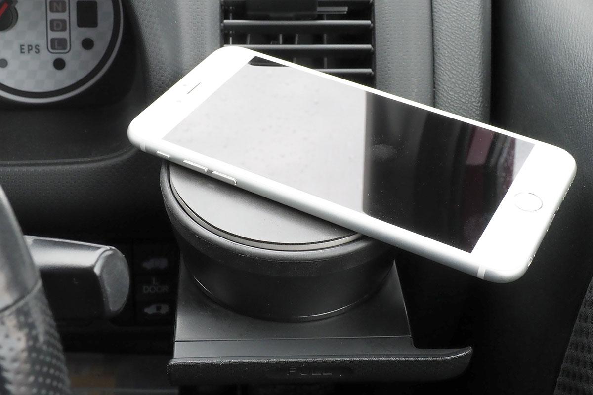 こんな感じでスマートフォンを置けます。極端にズレた位置に置かなければ、このまま走ってもスマートフォンはわりと安定的に保持されています。