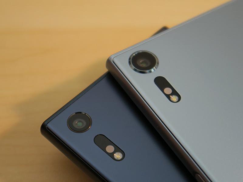 Xperia XZsのメインカメラ(右)はMotion Eyeカメラに変更されたこともあり、レンズ部の周囲にはリングが備えられている。左のXperia XZは背面パネルとフラットな仕上げ。