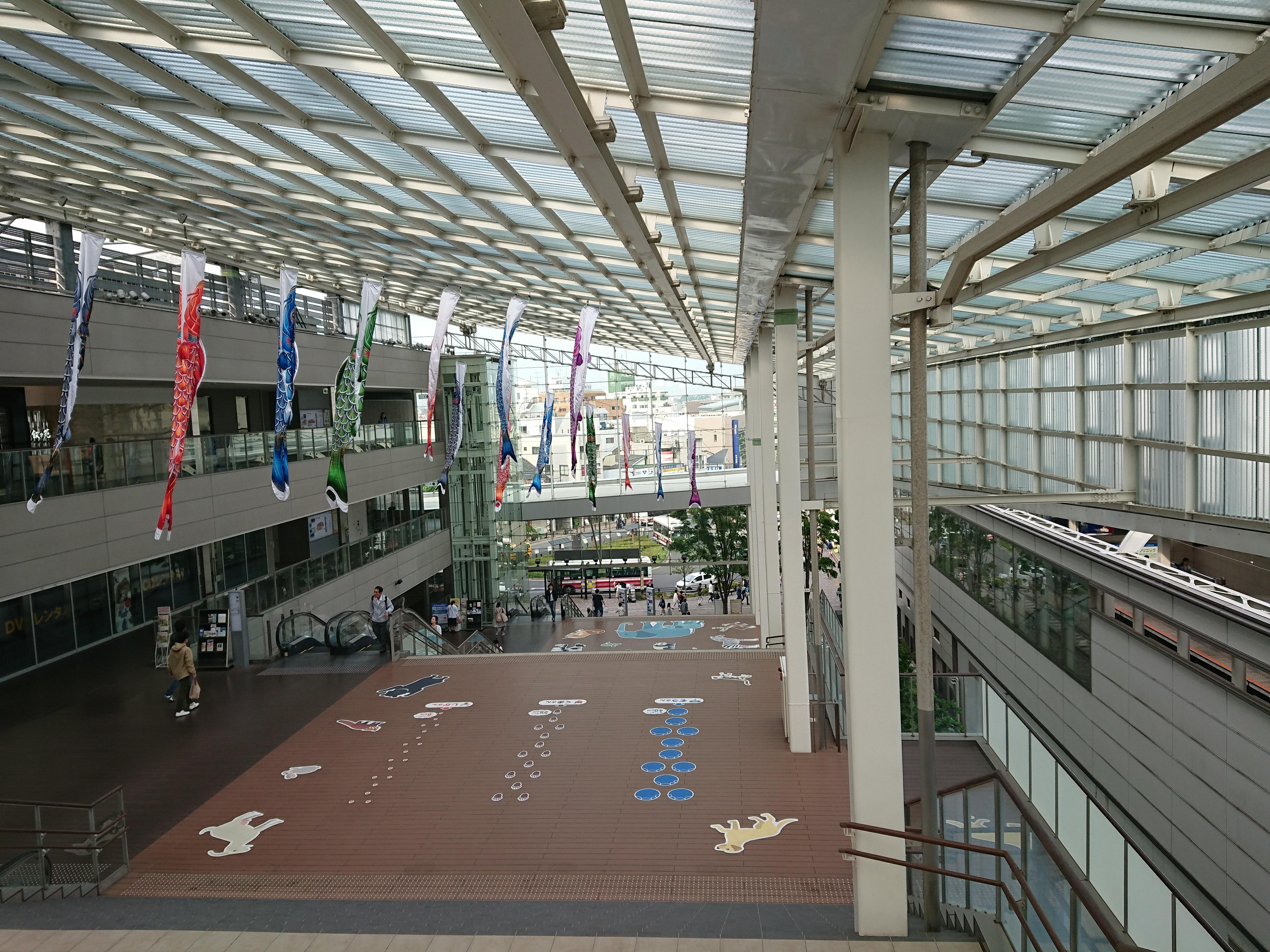 小田急線経堂駅に隣接するショッピングモールの階段。周辺部が暗くなったり、乱れたりすることなく、写真を撮ることができる。