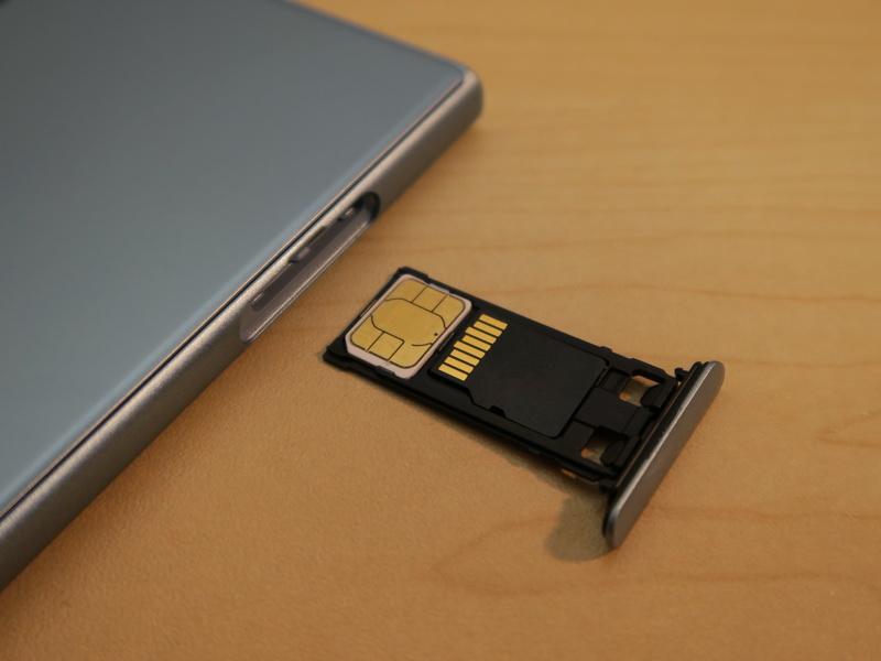 SIMカードはnanoSIMに対応。トレイにはmicroSDメモリーカードを載せて、装着する。