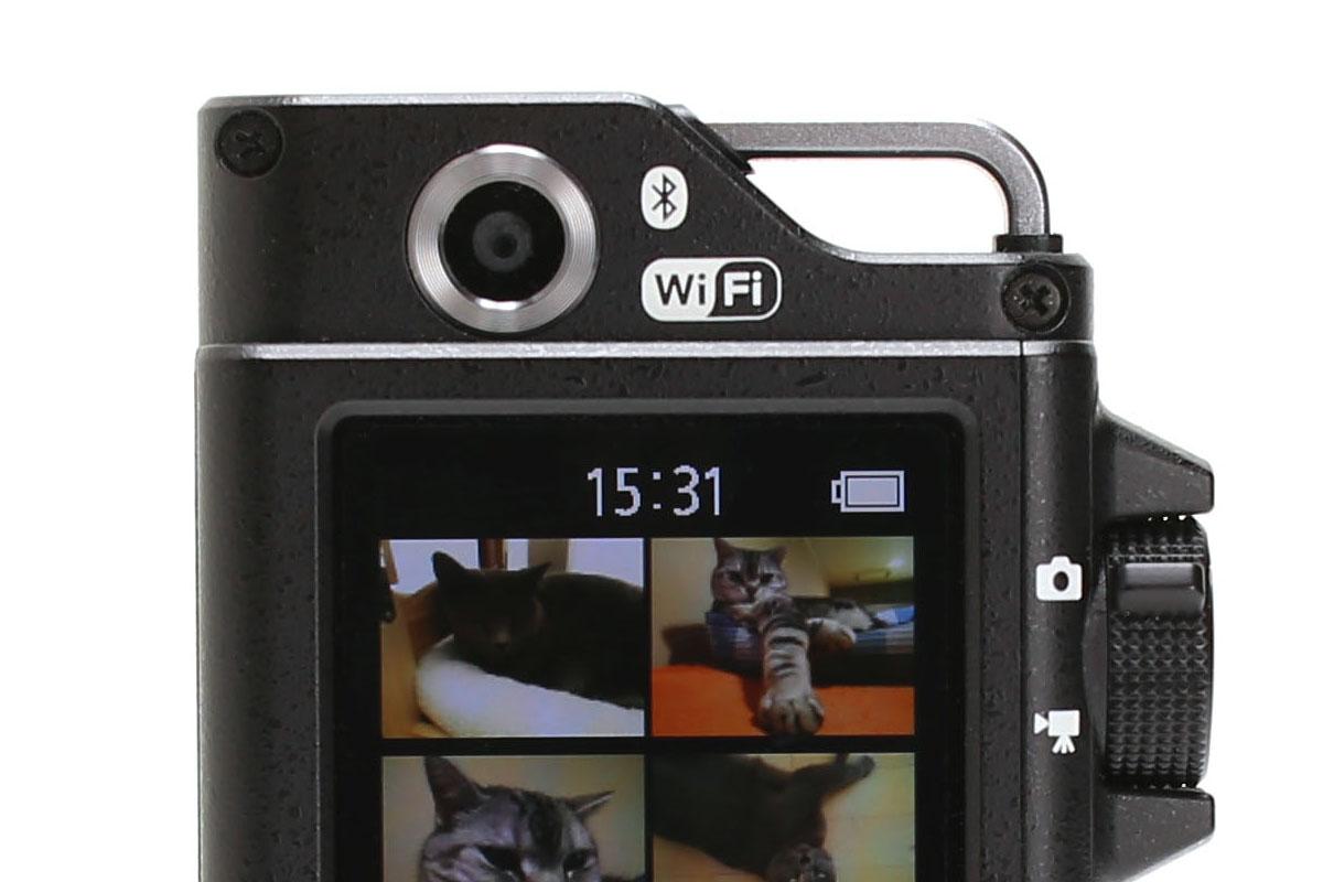 「KeyMission 80」には2つのカメラが搭載されています。左が本体前面にある「カメラ1」。右が本体手前側(液晶画面側)にある自撮り向けの「カメラ2」です。35mm判換算の焦点距離は、「カメラ1」が25mm相当で「カメラ2」が22mm相当。画素数は「カメラ1」が1235万画素(最大記録画素数3968×2976)で「カメラ2」が492万画素(最大記録画素数2528×1896)。