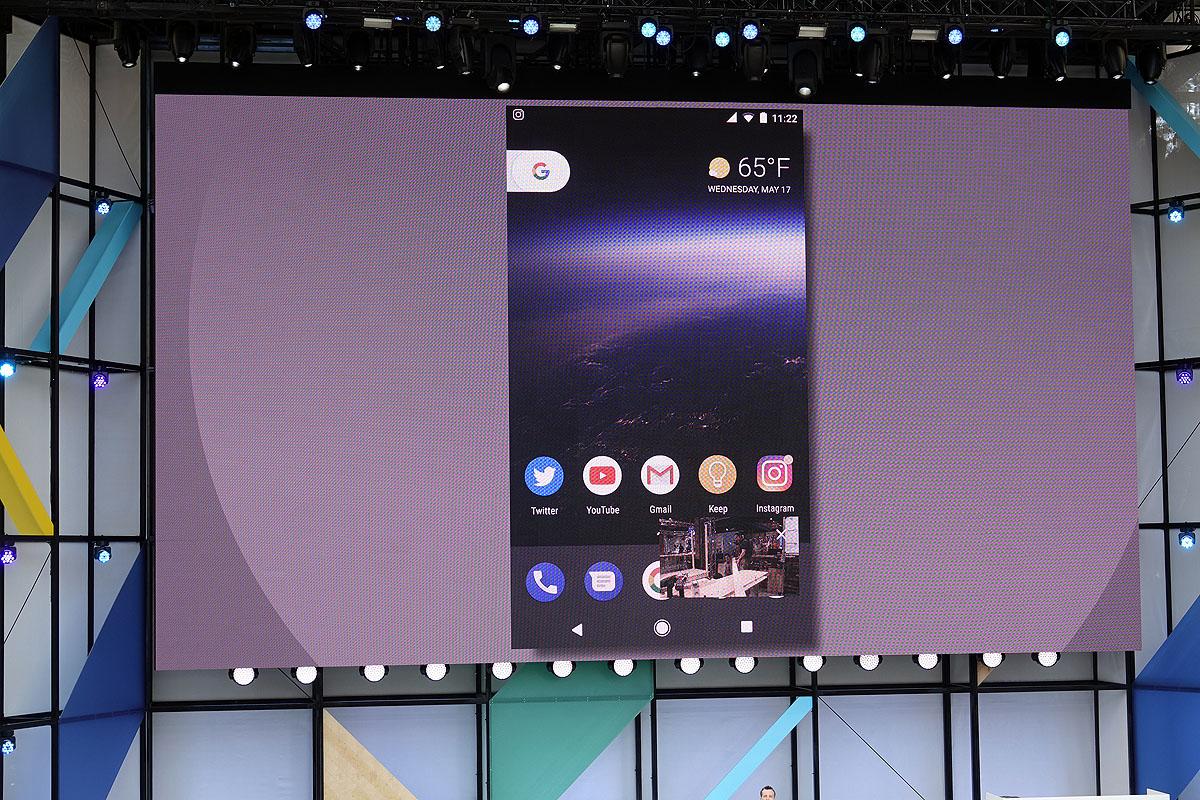 Picture-in-pictureにより、ホーム画面の右下にYouTubeの画面が表示されるようになった。またInstagramのアイコンには、通知として丸い印がついている