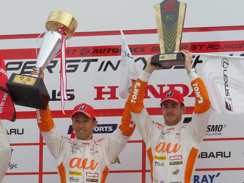 SUPER GT 第3戦で初優勝を果たしたau TOM'Sの中嶋一貴選手(左)とジェームス・ロシター選手(右)