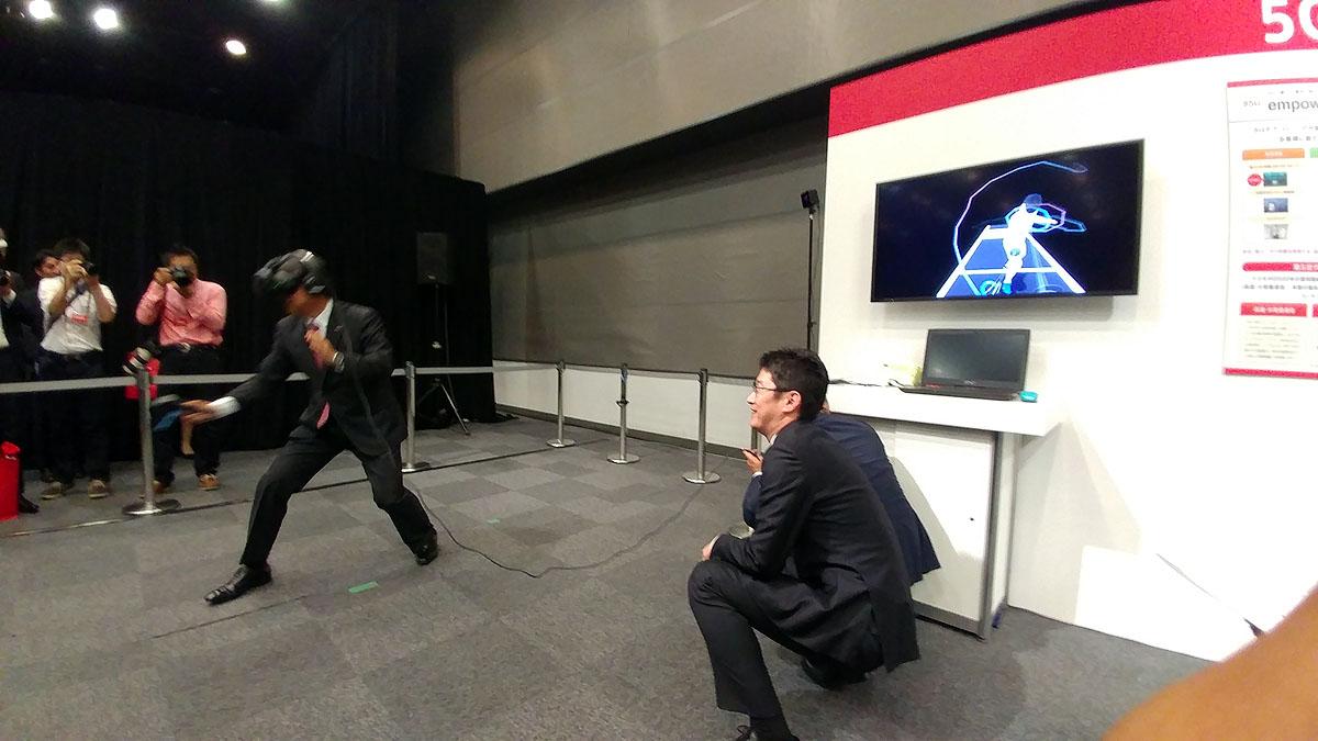 吉澤社長がVRでフェンシングの太田選手と対戦