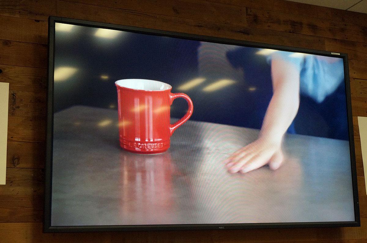 机の上のマグカップに……