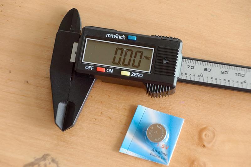 ボタンは3つ。交換用のボタン電池(LR44)が付属する